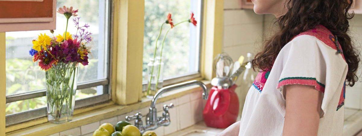 foto persona con ceguera cocinando