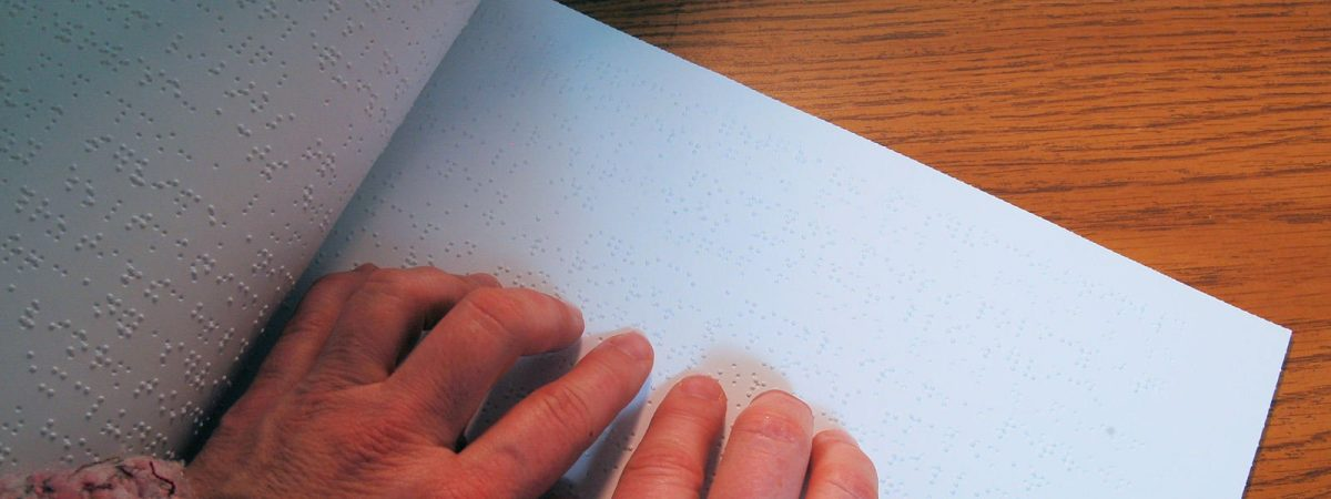 foto persona leyendo en braille
